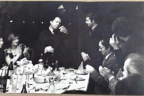 """Редактор 60-х, прошедший беляевскую школу Николай Харитонов, дает напутствие начинающему редактору Анатолию Путилову на 60-летнем юбилее газеты. """"Помни, - говорит он, - главное читатель. И никогда не давай в обиду своих сотрудников"""""""